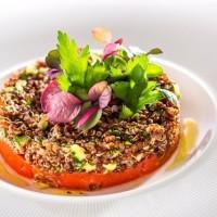 salatka_czerwona_komosa_pomidor_awokado