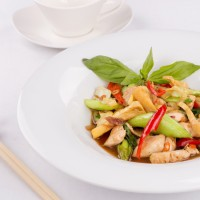 Kurczak z woka z pędami bambusa, trawą cytrynową i chilli