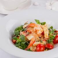 sałata z owoców morza, chilli i kolendry z dodatkiem makaronu sojowego